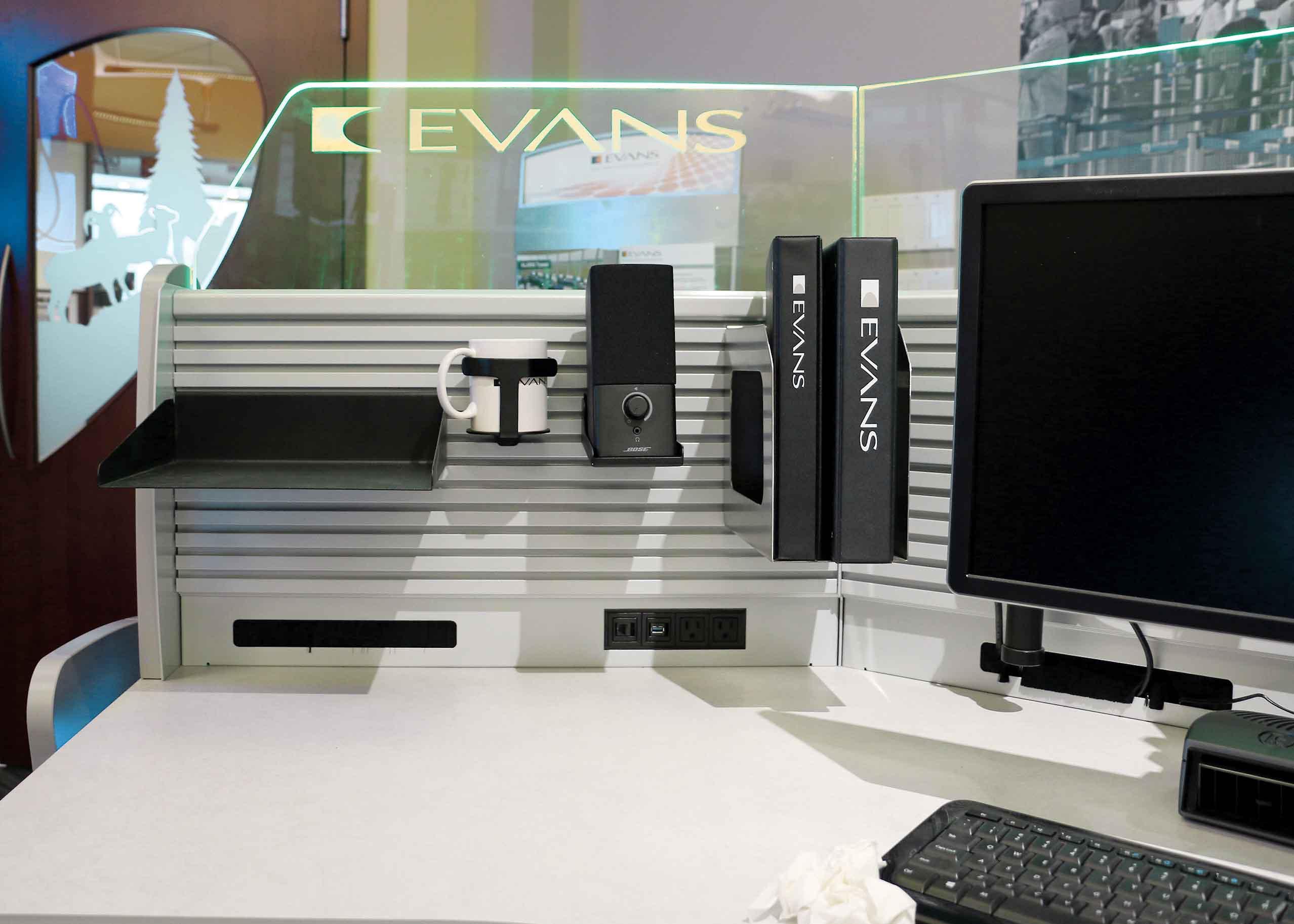 showroom-accessories-evans-slatwall-binder-cupholder